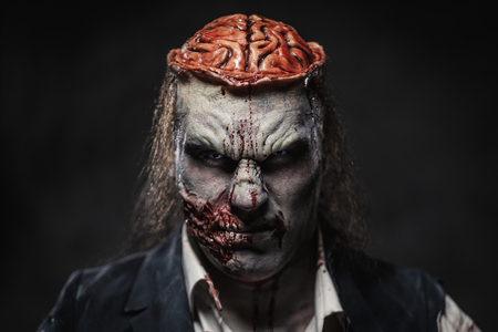 Maquillaje protésico de miedo zombie en modelo masculino