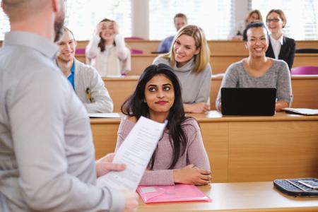 Conferencista y grupo multinacional de estudiantes en un auditorio