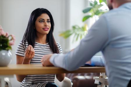 Niña india, asistir, entrevista de trabajo