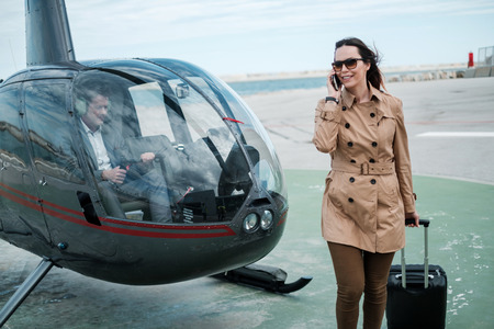Business woman near private a helicopter Banque d'images