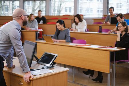 Dozent und multinationale Studentengruppe in einem Auditorium