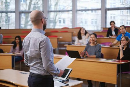 Conférencier et groupe multinational d'étudiants dans un auditorium Banque d'images