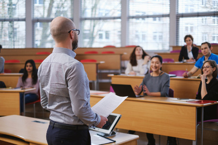 Dozent und multinationale Studentengruppe in einem Auditorium Standard-Bild