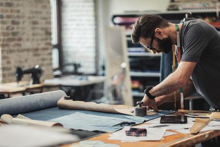 Diseñador de moda trabajando en su estudio. Foto de archivo