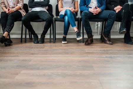 Groep mensen die wachten op een casting of sollicitatiegesprek