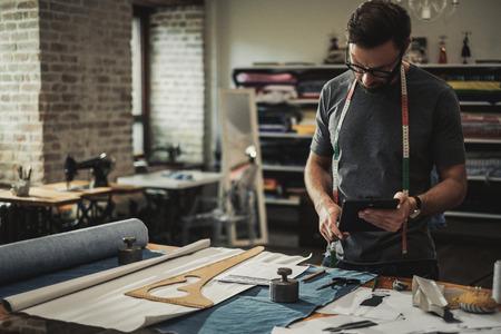 Projektant mody pracujący w jego pracowni