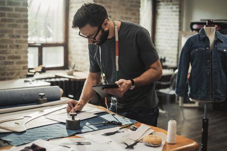 Modedesigner arbeitet in seinem Studio