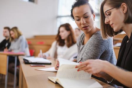 Grupo multinacional de estudiantes en un auditorio