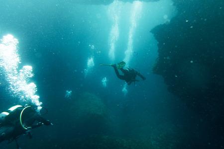 Buzos nadando bajo el agua