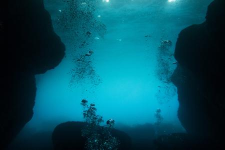 Prise de vue sous-marine avec des bulles dans la grotte