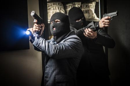 Dos hombres ardientes robando un banco
