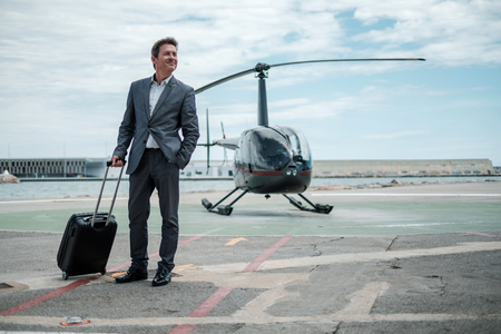 Businessman standing near private helicopter 免版税图像 - 127856341