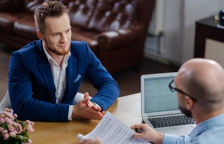 Hombre seguro que asiste a una entrevista de trabajo