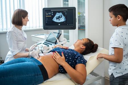 Pregnant woman and her son on utltrasonographic examination at hospital Zdjęcie Seryjne