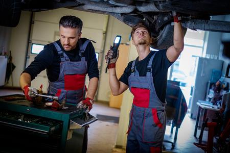 Car mechanic inspects suspension in a workshop Zdjęcie Seryjne