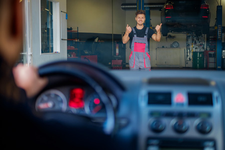 Mechanic welcomes new client to his auto repair service Zdjęcie Seryjne