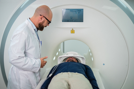 Paciente visitando procedimiento de resonancia magnética en un hospital Foto de archivo