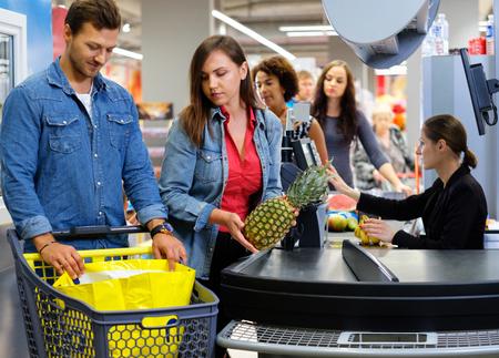 Personnes achetant des marchandises dans une épicerie