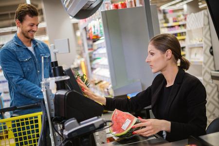 Man koopt goederen in een supermarkt Stockfoto