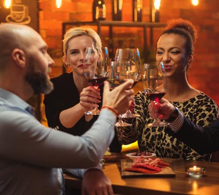 Groep vrienden met plezier praten achter de toog in een café Stockfoto