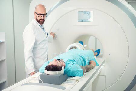 Paciente visitando procedimiento de resonancia magnética en un hospital