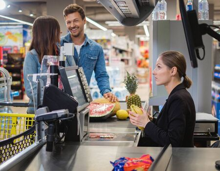 Couple buying goods in a grocery store Foto de archivo - 138041749