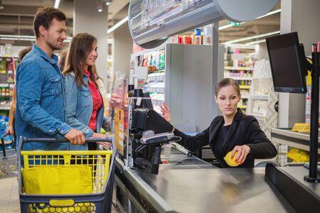Couple achetant des marchandises dans une épicerie Banque d'images