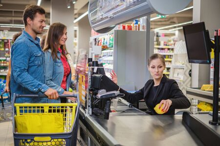 Par comprar productos en una tienda de comestibles Foto de archivo