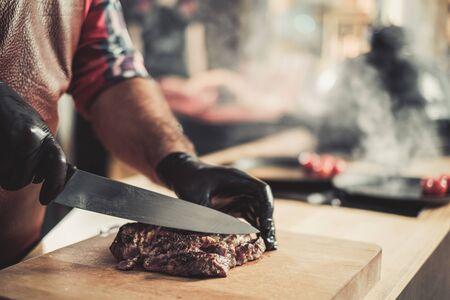 Serving freshly cooked beef steak on a wooden board. Zdjęcie Seryjne