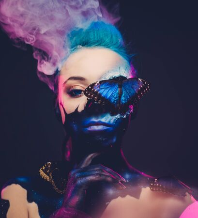 Beautiful woman with blue hair and butterfly Standard-Bild - 146953359