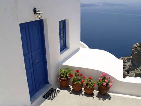 Puertas y ventanas de color azul en la isla de Santorini Foto de archivo - 4858622