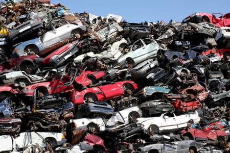 junkyard: Coches viejos en el dep�sito de chatarra Foto de archivo