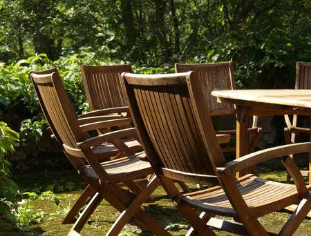 muebles de madera: Muebles de madera al aire libre: sillas y tabla, colocado en el jard�n