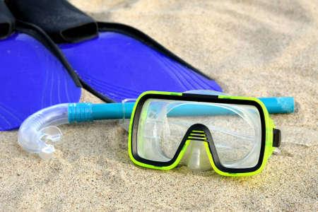 flippers: Aletas, snorkel y m�scara de buceo en la playa