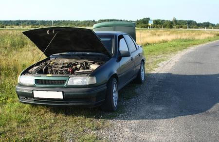 broken car: Coche rota en el camino