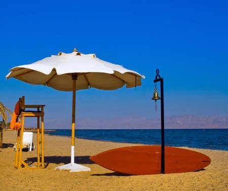 Placez lifeguard sur les rives de la plage de la mer rouge