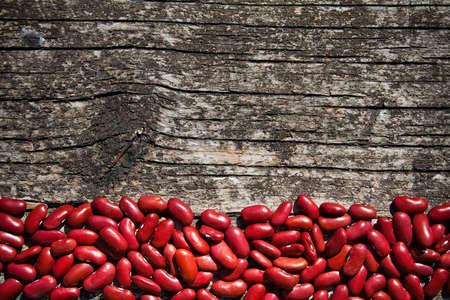 haricots rouges sur une planche de bois