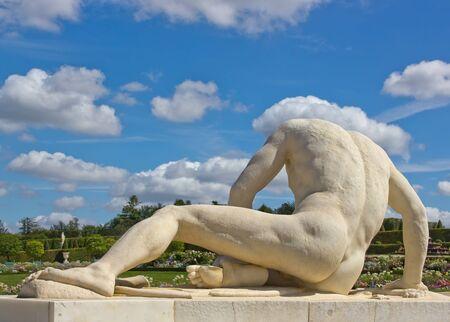 desnudo masculino: estatua de un hombre herido (el 17 Foto de archivo
