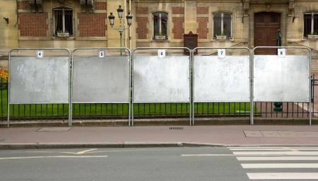 les panneaux électoraux près d'un hôtel de ville de la France