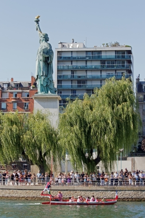 plastron: Water jousting, Parisian joust, quay of the Seine, Paris  (France) on 09092012, Statue of Liberty