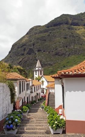 Village de Sao Vicente, église au fond des escaliers Madère Banque d'images