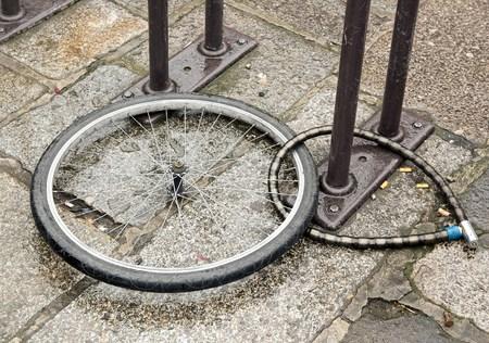 Stolen vélo, la roue et cadenas à gauche sur la place Banque d'images - 26747257