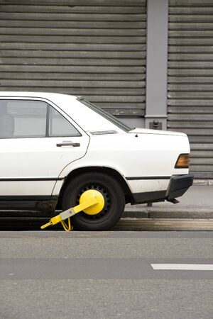 badly: Car badly parked, put in the next pound  France