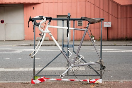 racing bike: without wheel racing bike attached to a grid, theft or protection against theft