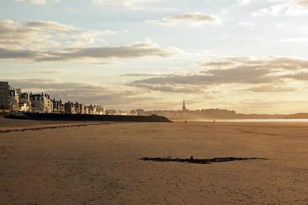夕暮れ、街とビーチ フランス ブルターニュのサン ・ マロ 写真素材