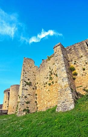 Château de Madeleine jouer avec les nuages ??(Vallée de Chevreuse, France) Éditoriale
