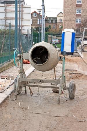 bétonnière sur un chantier de construction, en attente de son utilisation