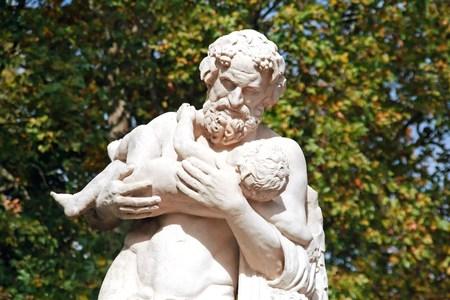 Silène avec Dionysus, vieille statue antique. l'amour paternel d'un homme pour un enfant.