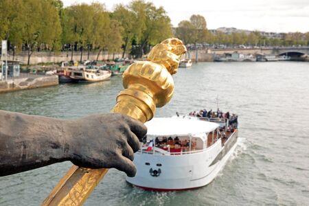 pont Alexandre III, le porte-flambeau et touristique bateau (Paris, France)