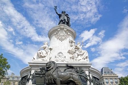 Statue de la République entouré de nuages ??(Paris, France)